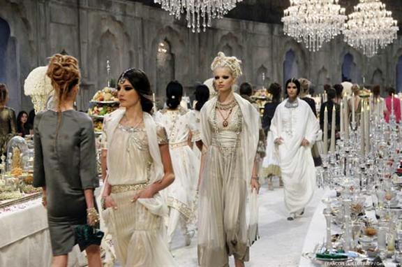 3874d49cf6cd1 لم تقتصر روعة عرض مجموعة شانيل لأزياء ما قبل الخريف في ديسمبر 2011 علي  الفساتين الساحرة فقط، بل أيضا علي الديكورات الرائعة التي عرض من خلالها  المجموعة؛ فقد ...