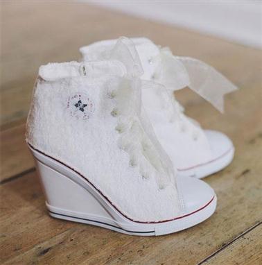 674a414d9 دائما ما تترك العروس مهمة شراء الحذاء للحظات الأخيرة قبل الزفاف، حيث تظن  العروس بأن شراؤه يسهل إنجازه في قليل من الوقت، ولكنها في الحقيقة تجد نفسها  حائرة في ...