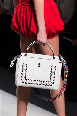 d7cffe3a3665c مجموعة من أجمل حقائب اليد النسائية (حقائب يد اعتيادية، حقائب بتصميم الكيس،  وحقائب كاميرا).. ماركات عالمية لربيع 2016.