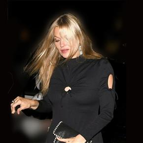 be3c069e6 كيت موس تتألق بفستان أسود فى لندن